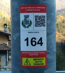Etichetta su un palo della pubblica illuminazione