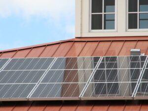 Pannelli fotovoltaici installati su tetto casa